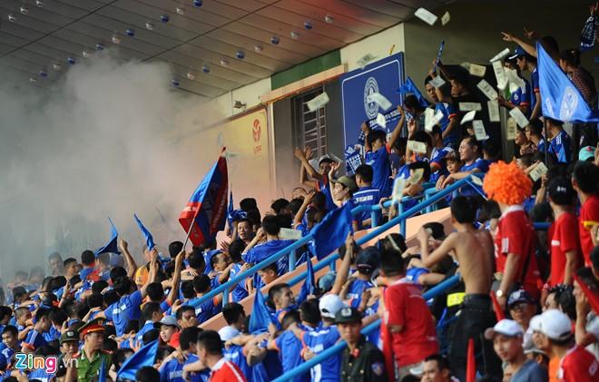 Khán đài V-League đông đảo các cổ động viện cuồng nhiệt