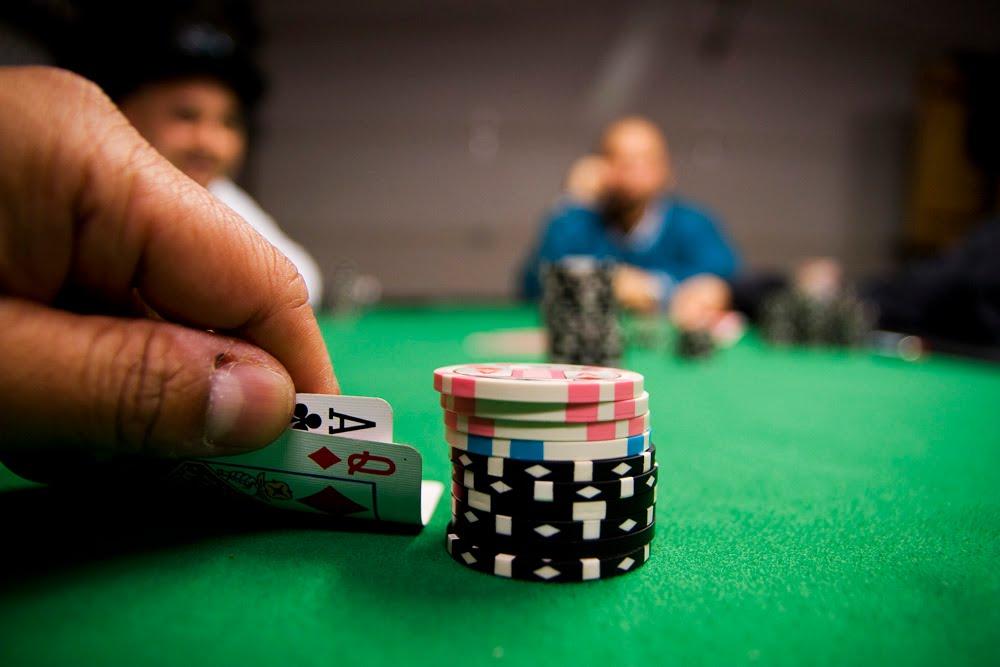 Nguồn gốc xuất hiện của bài Poker truyền thống vẫn còn nhiều tranh cãi